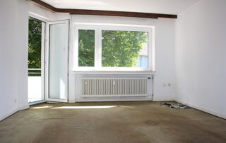 Raum mit Fenster u Balkonausgang