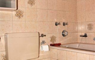 Innenliegendes Badezimmer mit Wanne