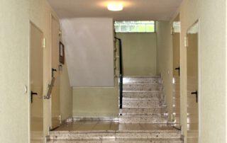 Hausflur mit Treppenaufgang in den ersten Stock