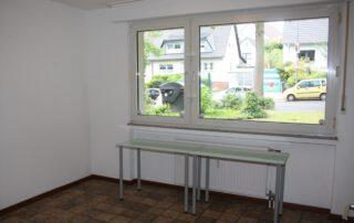 Schlafzimmer mit großer Fensterfront